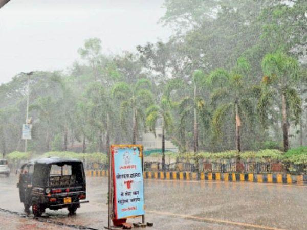 रविवार को दोपहर में हुई तेज बारिश से ऐसा नहीं लगा कि नौतपा चल रहा है। ये तस्वीर नेहरू चौक की है। - Dainik Bhaskar