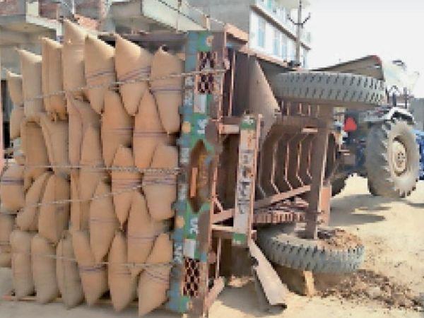 भरतपुर. एसटीसी हाउसिंग बोर्ड में पलटी सरसों की बोरियों से भरी ट्रैक्टर ट्रॉली। - Dainik Bhaskar