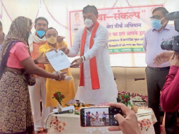 हरदा। महिला काे याेजना का प्रमाण पत्र देते हुए कृषि मंत्री। - Dainik Bhaskar