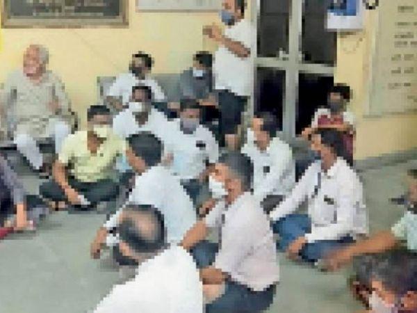 बाड़मेर. सीएमएचओ कार्यालय में धरने पर बैठे भाजपा के पदाधिकारी। - Dainik Bhaskar