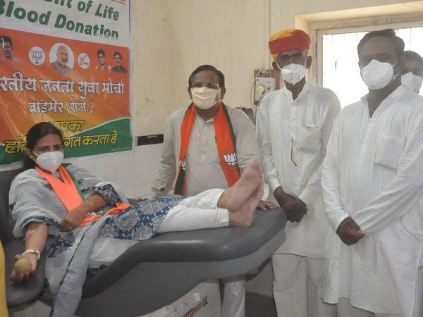 बाड़मेर. केंद्र सरकार के 7 साल पूरे होने पर रक्तदान करते हुए भाजपाई। - Dainik Bhaskar