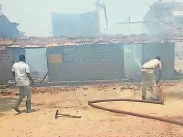 आग बुझाने का काम करती फायर ब्रिगेड व पुलिस की टीम। - Dainik Bhaskar
