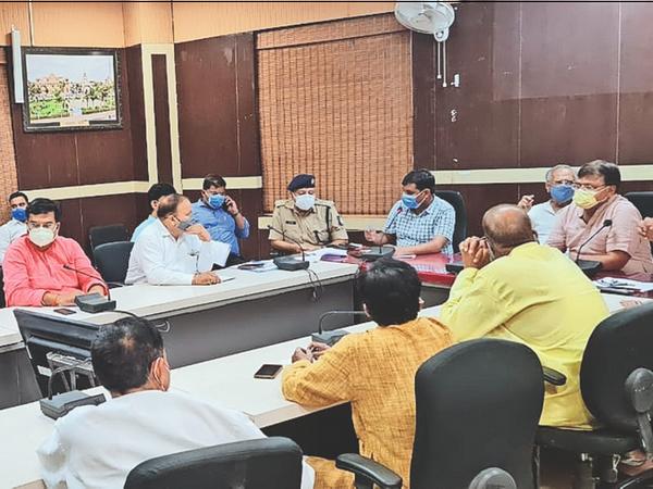 दो घंटे चली क्राइसिस मैनेजमेंट ग्रुप की बैठक में कोविड प्रभारी मंत्री प्रद्युम्न सिंह तोमर सहित 3 विधायक व अन्य सदस्य मौजूद रहे। - Dainik Bhaskar