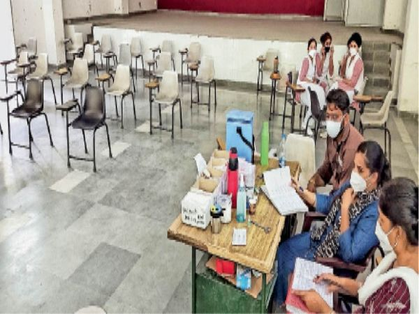 सिविल अस्पताल के वैक्सीनेशन सेंटर में रविवार को टीका लगवाने बहुत कम लोग पहुंचे। - Dainik Bhaskar