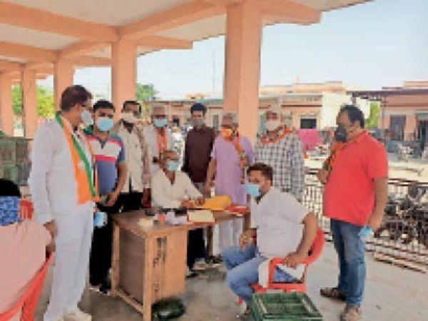 गांव नाथपुर के गुरुद्वारा साहिब में भाजपा के रक्तदान कैंप का विरोध करने पहुंचे किसान जत्थेबंदियों के सदस्य। - Dainik Bhaskar