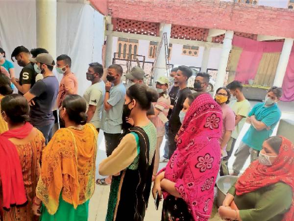 तलवाड़ा में टीकाकरण के लिए युवाओं की लगी भीड़। - Dainik Bhaskar