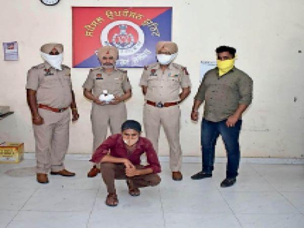 आरोपी के बारे में जानकारी देते हुए पुलिस अधिकारी। - Dainik Bhaskar