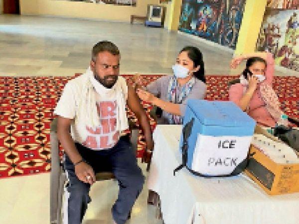 श्री महारानी साहिबा मंदिर में कैंप के दौरान टीका लगवाते हुए। - Dainik Bhaskar