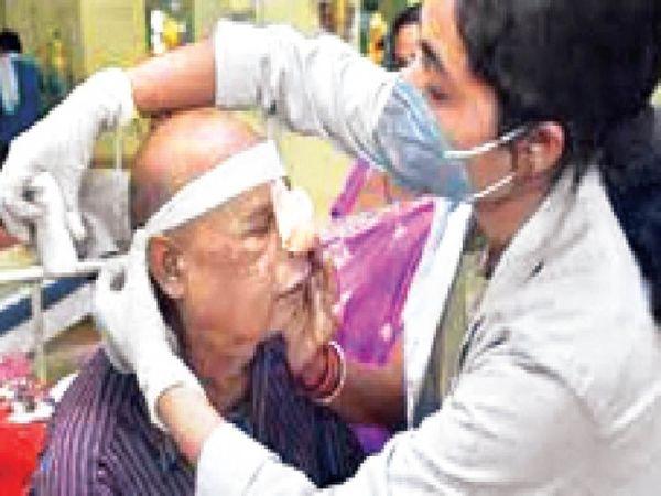मोगा के निजी अस्पताल में मरीज की फर्स्टएड करती सेहतकर्मी। - Dainik Bhaskar