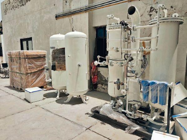 नवांशहर के सिविल अस्पताल में ऑक्सीजन प्लांट लगाने के लिए लाई गई मशीनरी। - Dainik Bhaskar