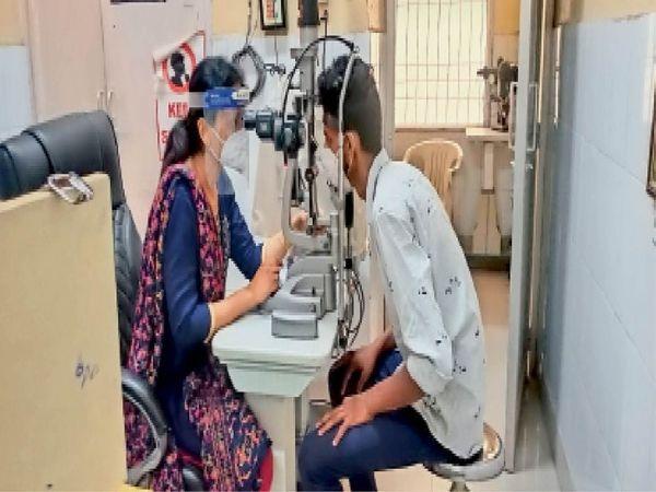 सिविल अस्पताल में मरीजों की आंखों की जांच करती डाक्टर। - Dainik Bhaskar