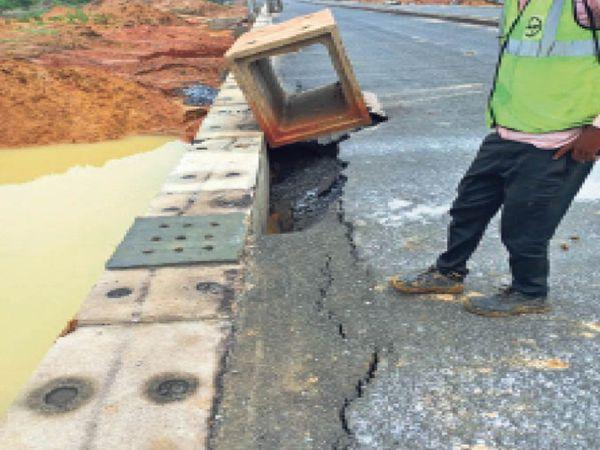 रांची स्मार्ट सिटी की नई सड़क कई जगह टूट गई है। - Dainik Bhaskar