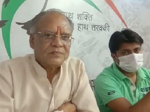 मीडिया से चर्चा करते कांग्रेस शहरी जिलाध्यक्ष हरिशंकर विजयवर्गीय - Dainik Bhaskar