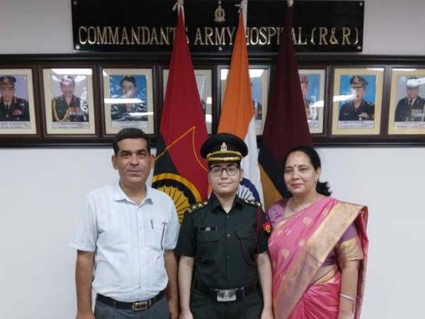 मंगलवार को कमांडेंट और परिवार के सदस्यों की उपस्थिति में डॉक्टर महक सेना में शामिल हुईं। - Dainik Bhaskar