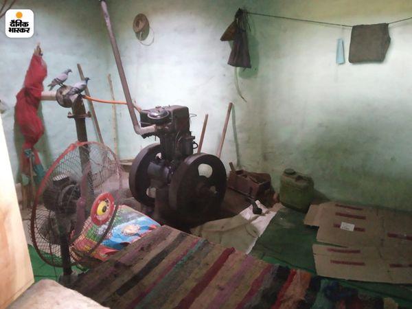 अंटला गांव में ट्यूबवेल में बना देसी शराब का ठेका, ठेके पर सील लगी है।