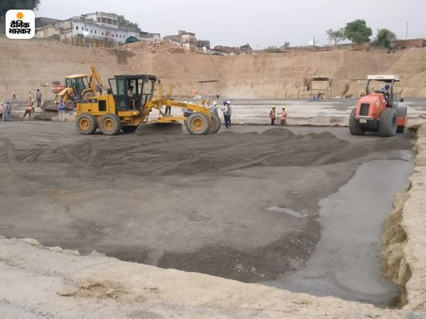 नींव वाली जमीन पर बहुत मलबा था। जिसे हटाकर जमीन को समतल बना दिया गया है।