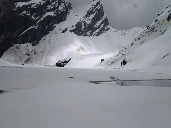 पवित्र सरोवर पूरी तरह से बर्फ से ढकी है
