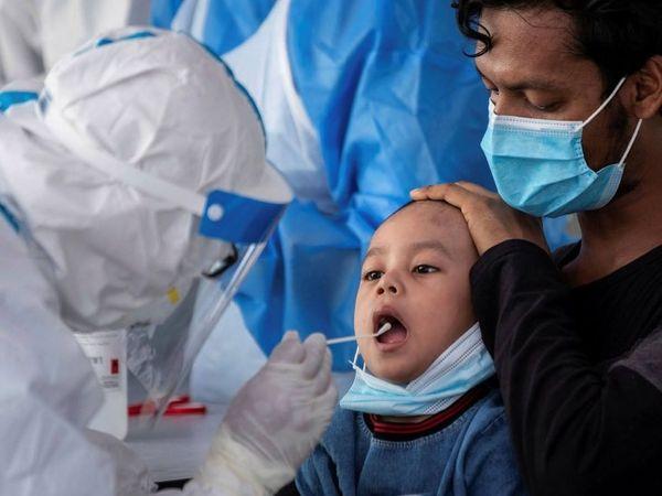 बच्चों में संक्रमण होने पर बुखार, निमोनिया जैसे लक्षणों पर उन्हें अस्पताल में भर्ती कराना पड़ सकता है। कई बार कोरोना के बाद दूसरी परेशानियां भी दिखाई देती हैं। - Dainik Bhaskar