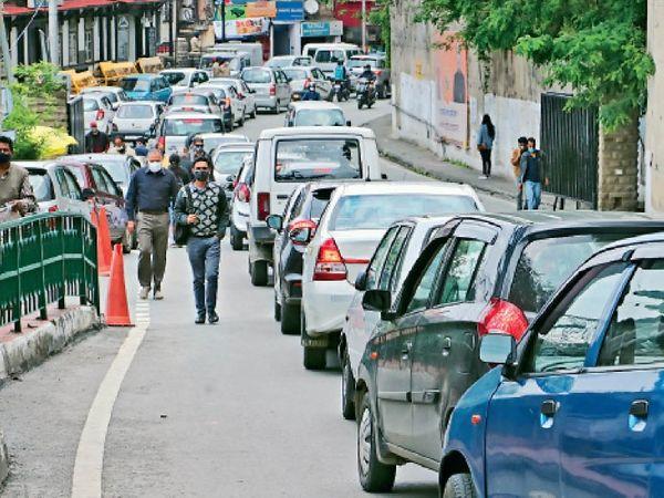 कर्फ्यू में छूट के समय लोग गाड़ियां लेकर घरों से एेसे निकल रहे हैं मानो कोरोना के संक्रमण का डर खत्म हो गया है। - Dainik Bhaskar