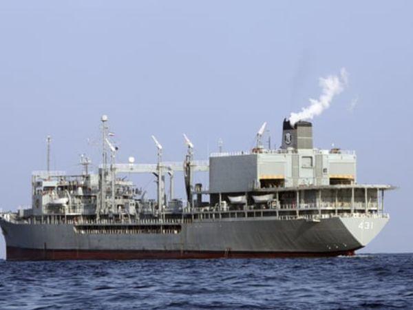ईरान नेवी का यह वॉरशिप 'खार्ग' बुधवार तड़के आग लगने के बाद ओमान की खाड़ी में डूब गया। (फाइल) - Dainik Bhaskar