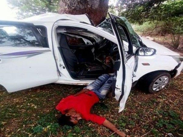 अनियंत्रित कार पेड़ से टकराई जिसके चलते कार सवार दोनों नाबालिगों की मौके पर ही मौत हो गई।