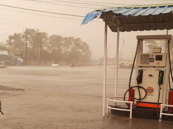 मध्यप्रदेश के इंदौर में मंगवार शाम तेज बारिश हुई।