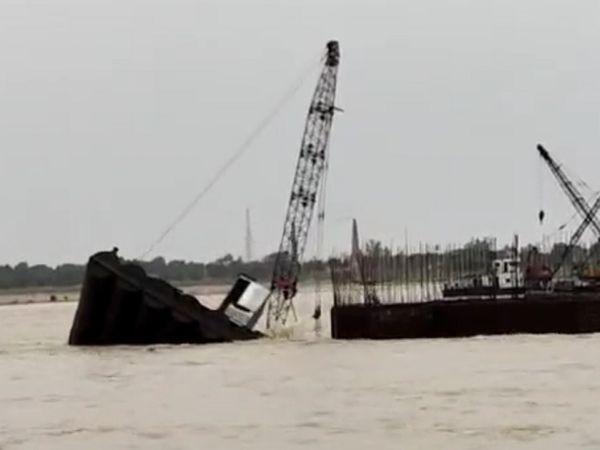 बिहार के बेगूसराय जिले के सिमरिया में गंगा नदी पर बहा पुल।