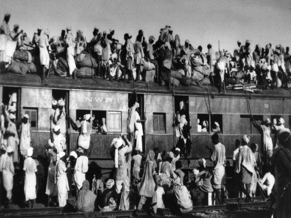 विभाजन का ऐलान होने के बाद पूरे देश में अफरा-तफरी का माहौल बन गया। लाखों की संख्या में लोग भारत से पाकिस्तान और पाकिस्तान से भारत विस्थापित हुए।