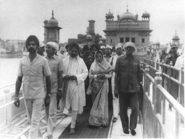 ऑपरेशन पूरा होने के बाद इंदिरा गांधी ने स्वर्ण मंदिर का दौरा किया था।