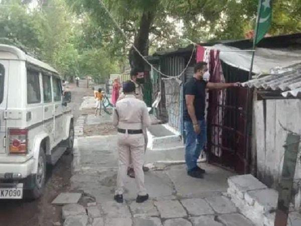 टीम ने चोरी के एक मामले में दो नाबालिगों को पकड़ा। पूछताछ में उनके पास से लैपटॉप, नगदी और अन्य सामान बरामद हुआ है।