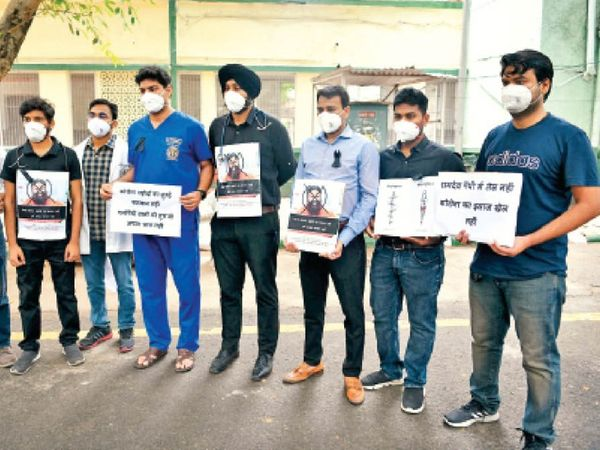 रामदेव के खिलाफ कार्रवाई करने की मांग: बाबा रामदेव की टिप्पणी के खिलाफ एम्स, सफदरजंग समेत कई अस्पतालों में प्रदर्शन 17