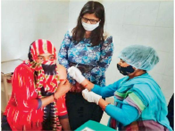 गुड़गांव. महिला को कोरोना वेक्सीन लगाती स्वास्थ्य कर्मी। - Dainik Bhaskar