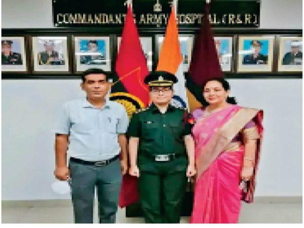 महक यादव बनी सेना में कैप्टेन, पिता और माता के साथ। - Dainik Bhaskar
