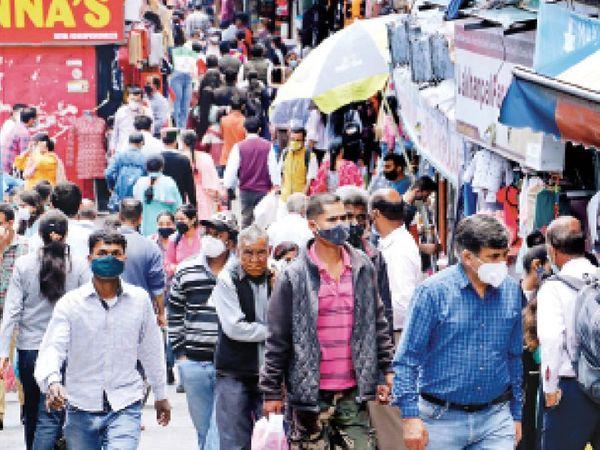 कोरोना संक्रमण के दौरान कर्फ्यू में खरीदारी के लिए दी गई ढील में ऐसी भीड़ बाजार में इकट्ठा हो रही है। - Dainik Bhaskar