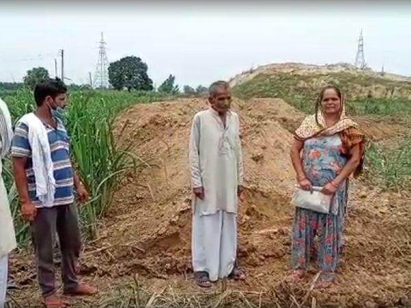 अपने खेत का हाल दिखाते हुए महिला किसान सुशीला।