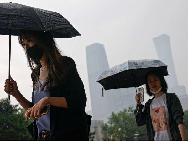 चीन में वर्किंग वुमन्स के लिए मुश्किलें ज्यादा हैं। कई कंपनियां तो उनसे कॉन्ट्रैक्ट साइन करा लेती हैं। इसमें नौकरी के दौरान मां न बनने की शर्त भी शामिल होती है।
