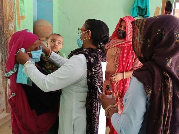 ANM और स्वास्थ्य विभाग के अन्य स्टाफ ने गांव के लोगों को महामारी से बचने के उपायों के प्रति जागरूक किया। मास्क पहनना भी सिखाया।