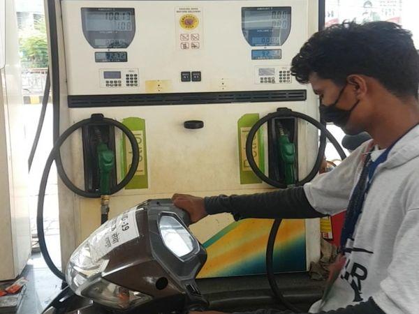 अब लोगों की आम जिंदगी में पेट्रोल वजह से बजट गड़बड़ा गया है।