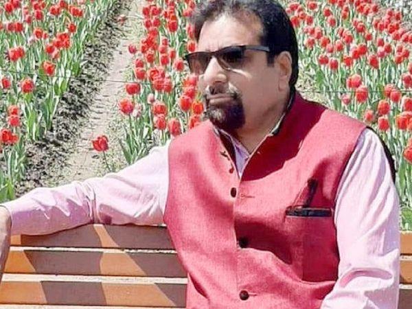 घटना के वक्त राकेश पंडित अपने दोस्त के पास त्राल पायीन जा रहे थे। हमलने में उनकी मौत हो गई है, जबकि उनके दोस्त की बेटी घायल हुई हैं। - Dainik Bhaskar