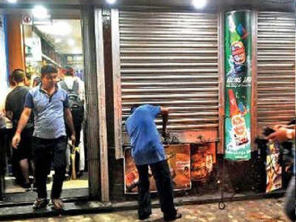 जांच में पता चला कि जहां शराब बिक रही थी, वहीं पर तीन पुलिसकर्मियों की तैनाती थी। इस आधार पर दो हेड कांस्टेबल और एक कांस्टेबल को निलंबित कर दिया गया है। - Dainik Bhaskar