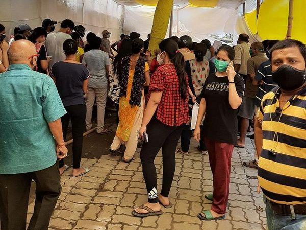 पटना के कंकड़बाग में नगर-निगम कार्यालय में बनाए गए वैक्सीनेशन सेंटर में अव्यवस्था का आलम। - Dainik Bhaskar