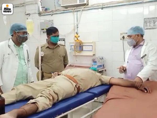 कैदियों के बवाल में पुलिसकर्मी घायल हो गया। उसे अस्पताल भेजा गया।
