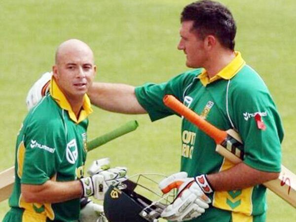 ऑस्ट्रेलिया के खिलाफ हर्शल गिब्स (बाएं) ने 435 रन के टारगेट को चेज करते हुए मैच विनिंग 175 रन की पारी खेली थी। इस दौरान उन्होंने 21 चौके और 7 छक्के लगाए। - Dainik Bhaskar