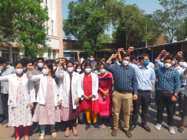 एक जून को हमीदिया अस्पताल में जूडा हड़ताल के दौरान प्रदर्शन करते हुए। - Dainik Bhaskar