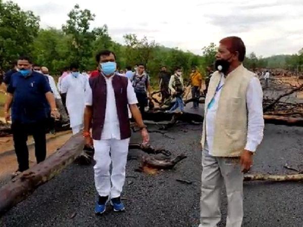 जिस बीजापुर-सुकमा स्टेट हाईवे को खोलने की बात कही जा रही है, वह नक्सलियों के कारण साल 2003-04 के पहले से बंद है। अब इस पर निर्माण कार्य शुरू हुआ था, लेकिन ग्रामीणों के आंदोलन के चलते इसे फिर बंद करना पड़ा है।