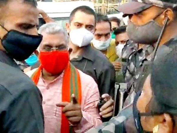 पश्चिम बंगाल के भाजपा अध्यक्ष दिलीप घोष पार्टी पदाधिकारियों के साथ बैठक करने आए थे, लेकिन भाजपा समर्थक और कार्यकर्ताओं ने उन्हें घेर लिया। - Dainik Bhaskar