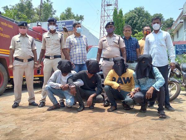 दुर्ग पुलिस ने लूट का खुलासा कर दिया है। इस वारदात में शामिल सभी चारों आरोपी गिरफ्तार कर लिए गए हैं। - Dainik Bhaskar