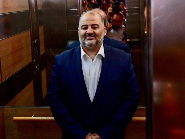 फोटो राम पार्टी (Ra'am party) के चीफ मंसूर अब्बास की है। ये अरब-मुस्लिमों की पार्टी है। माना जा रहा है कि अब्बास को मंत्री भी बनाया जा सकता है। (फाइल)