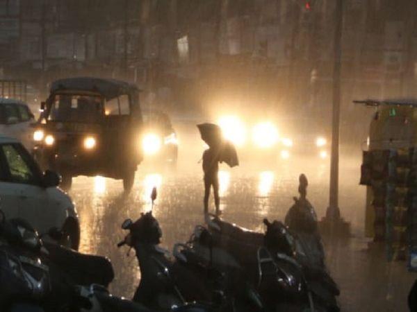 अब तक गर्मी झेल रहे रायपुर शहर में छाते भी निकल आए।