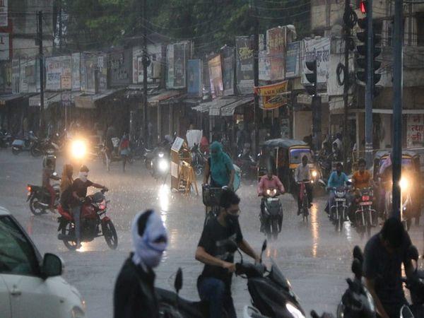 बारिश के बाद शहर की सड़कें कुछ यूं दिखीं ।